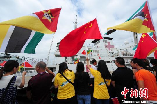 欢送人群挥动中莫两国国旗,欢送中国海军和平方舟医院船离开莫桑比克。 江山 摄