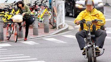 """外卖小哥""""疯狂""""送餐路: 一小时录到159次交通违法"""