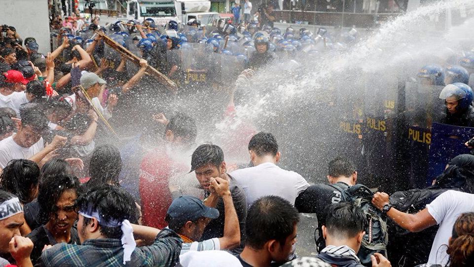 菲律宾民众抗议特朗普 遭警方高压水炮驱离