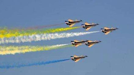 中国空军八一飞行表演队圆满完成迪拜航展飞行表演