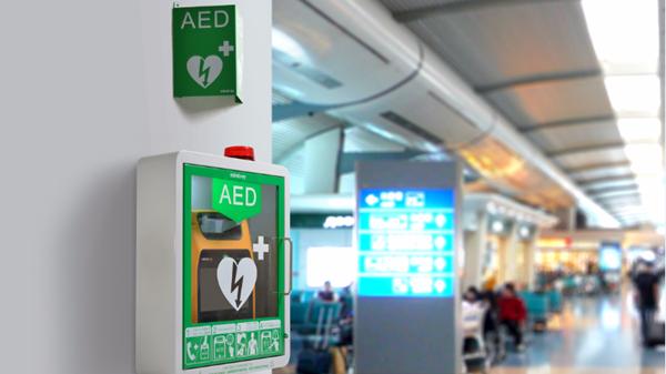 """宝安国际机场一名乘客心脏骤停,被""""救命神器""""救活"""