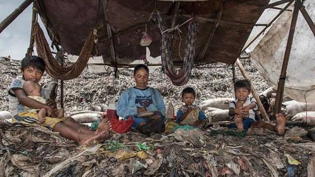 用塑料垃圾换取食物 印尼有家垃圾场食堂