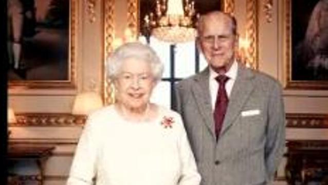 """英国女王夫妇庆祝""""白金婚"""" 最新合影公布"""