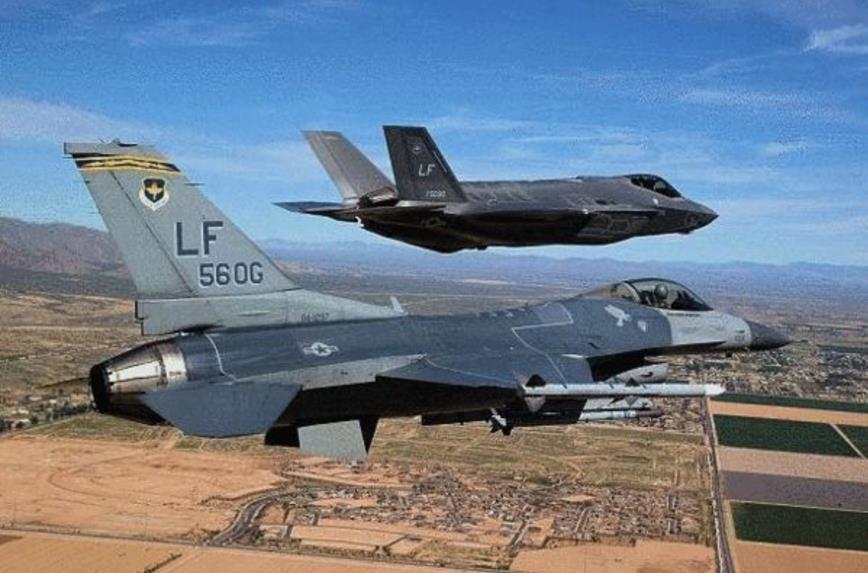 """F—16空战中竟""""看""""不到F—35身影?"""