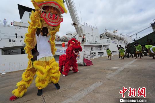 莫桑比克民众舞动中国舞狮,欢送中国海军和平方舟医院船。 江山 摄