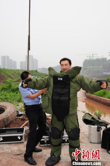资料图为梁新宇正在穿着排爆服。警方供图