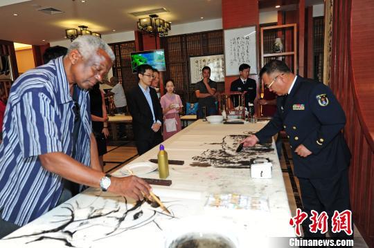 11月12日,任务官兵应邀与莫国家艺术中心的画家们开展文化交流活动,共绘中莫两国友谊画卷。 江山 摄