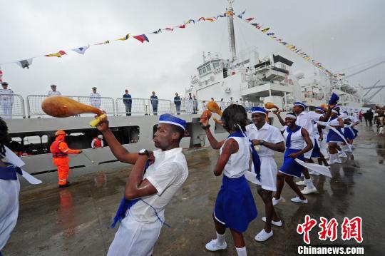 莫桑比克当地民众跳起民族舞蹈,欢迎中国海军和平方舟医院船首次到访。 江山 摄