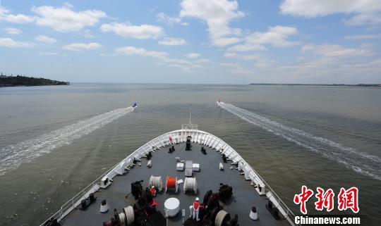 中国海军和平方舟医院船缓缓驶离马普托港时,当地民众、华侨华人自发驾驶小艇引航,送别和平方舟。 江山 摄