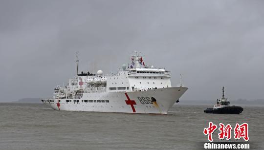当地时间11月7日,中国海军和平方舟医院船缓缓驶进莫桑比克马普托港。 聂祖国 摄