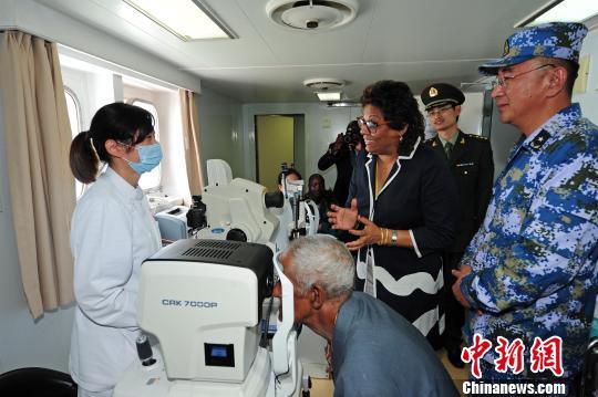 11月13日,在马普托港,莫桑比克卫生部长阿布杜拉与和平方舟医院船医护人员亲切交谈。 江山 摄