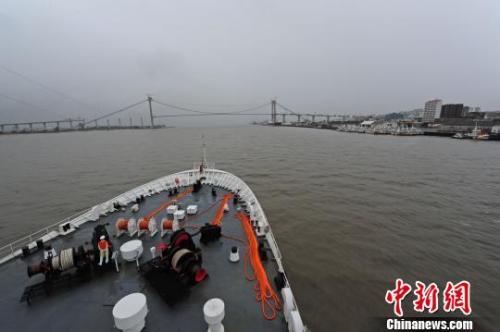中国海军和平方舟医院船首访莫桑比克