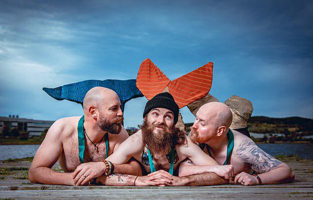 """近日,一些来自加拿大的男性为了慈善事业,穿上人鱼服变身""""美人鱼"""",以此为主题拍摄的日历海报迅速蹿红网络。"""