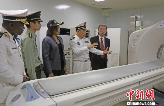 中国海军和平方舟医院船海上医院院长孙涛,向莫桑比克军政官员介绍和平方舟医疗设备。 江山 摄