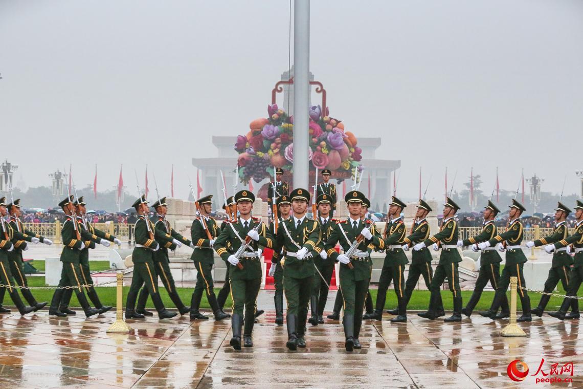 10月18日,国旗护卫队在党的十九大开幕当天举行升旗仪式,喜迎盛会。安晓惠摄