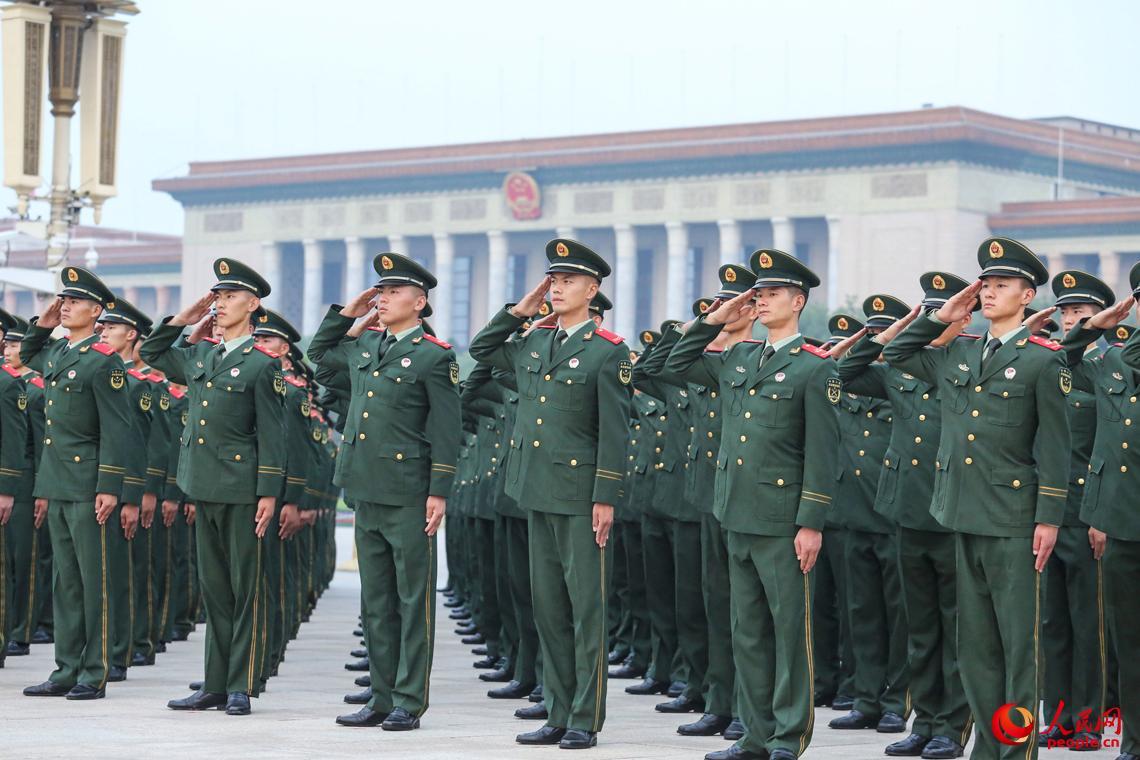 7月1日,建党96周年纪念日,武警官兵在国旗下感悟我党96年来的光辉历程。安晓惠摄