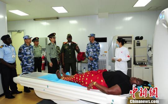 11月10日,莫桑比克总参谋长梅内特上将参观中国海军和平方舟医院船。 江山 摄