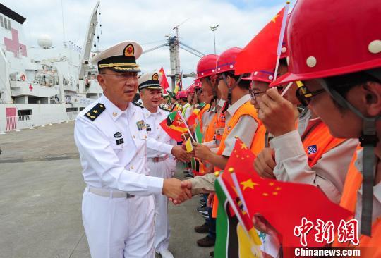 """""""和谐使命-2017""""任务指挥所领导与前来欢送的中资机构员工握手告别。 江山 摄"""
