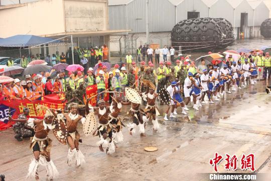 莫方举行隆重欢迎仪式,欢迎中国海军和平方舟医院船首访莫桑比克。 苏岗 摄