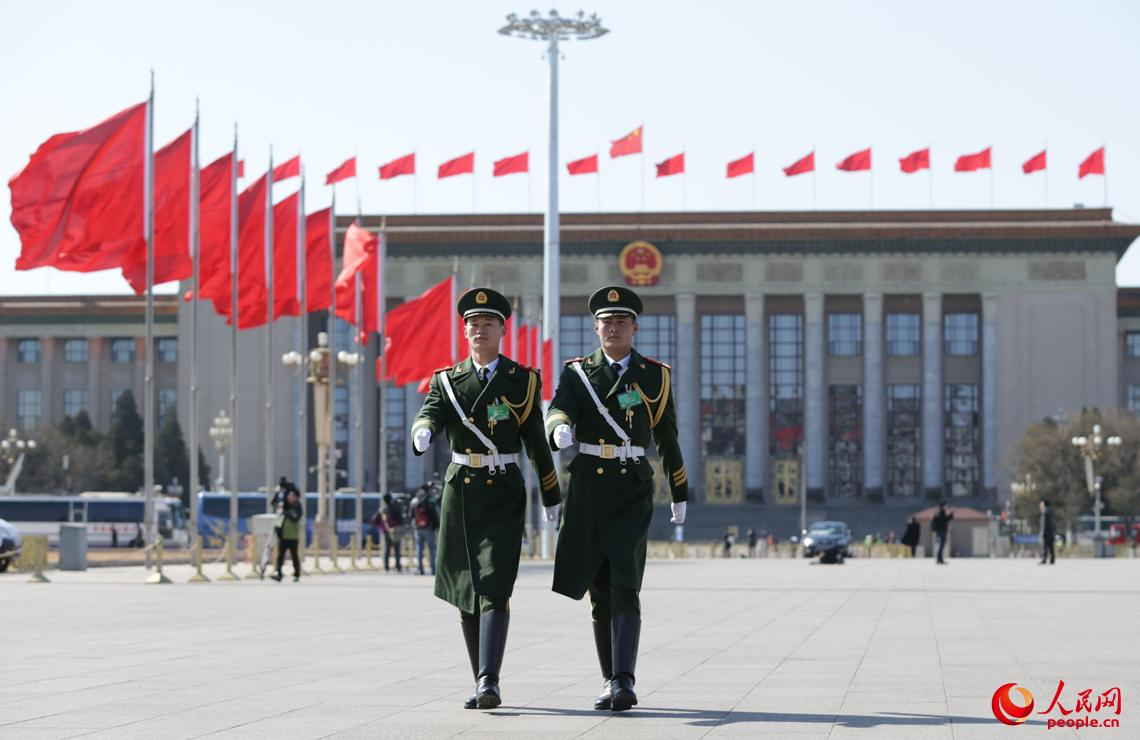 2015年3月3日,武警北京总队官兵在天安门广场执勤。当日,全国政协十二届三次会议在北京开幕。李光印摄