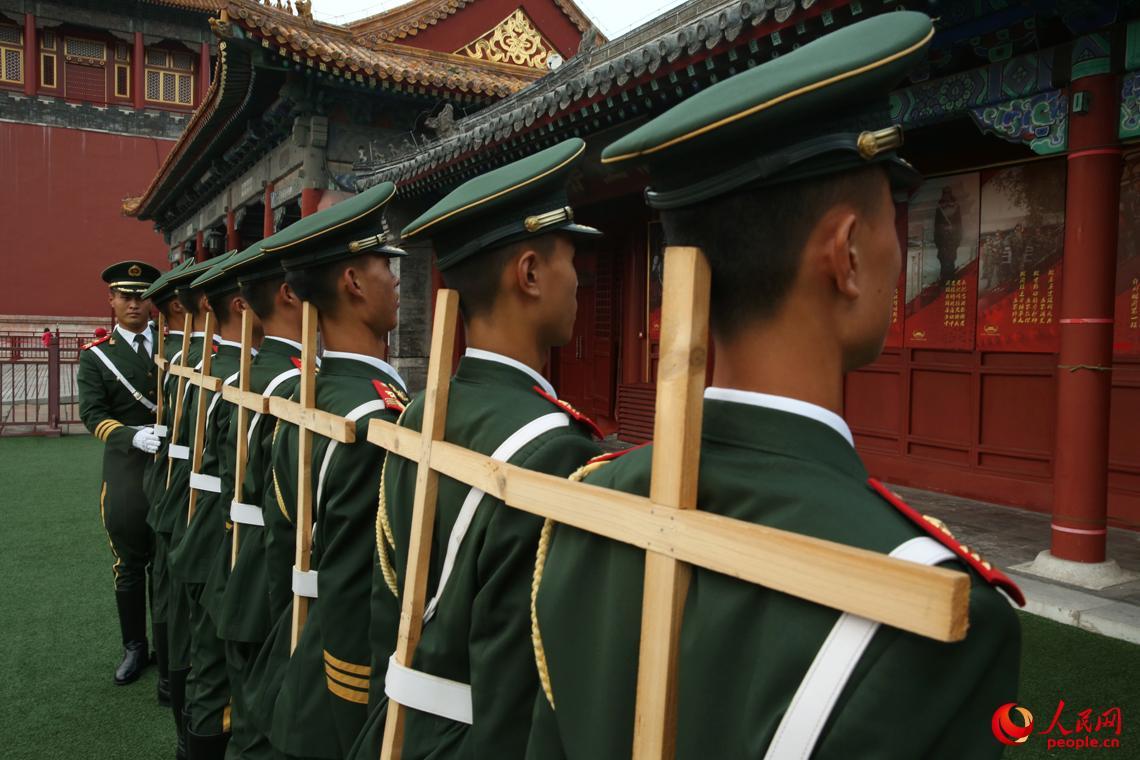 国旗护卫队队员用矫正器训练军姿。李超摄