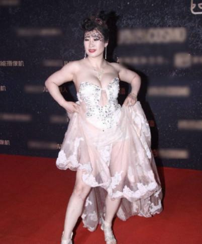 芙蓉姐姐发胖后穿透视裙,胸前的肉都溢出来了