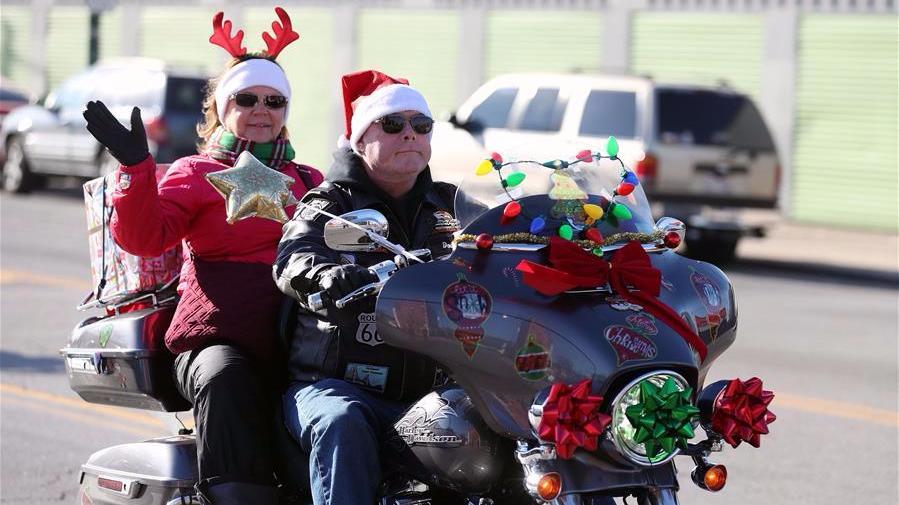 不坐雪橇骑摩托!圣诞老人给孩子送礼物