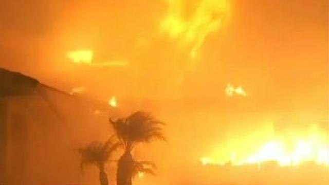 美国南加州爆发多场山火 洛杉矶进入紧急状态