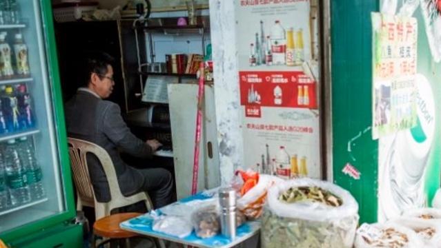 广州街坊有雅致 菜市场里传琴声
