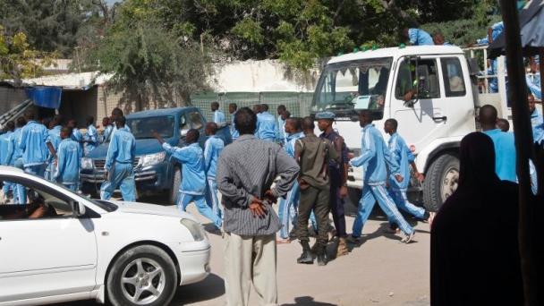 """索马里:警察学院遇袭已致18人死亡 """"青年党""""称负责"""