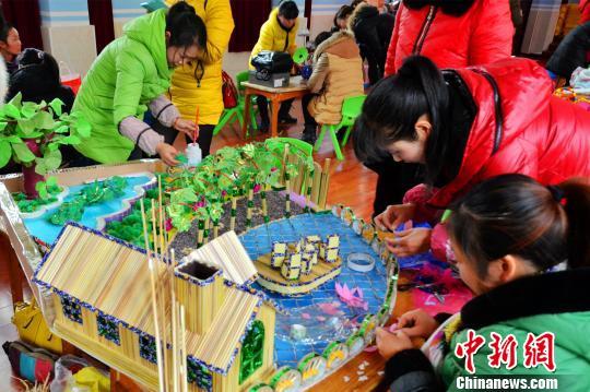 资料图:幼师环保手工比赛。 王贤银 摄