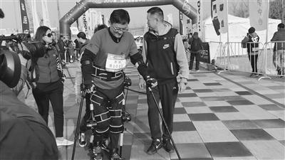 """瘫痪患者变身""""钢铁侠"""" 在机器人帮助下跑马拉松"""
