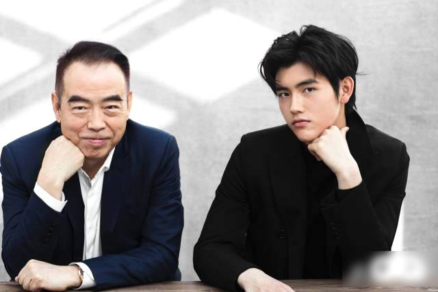 陈凯歌与儿子合体拍大片 俩人穿黑色西装帅气十足