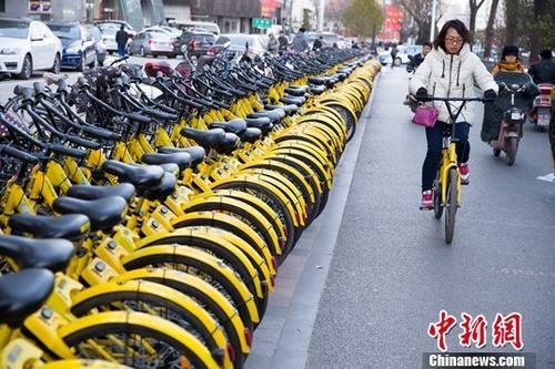 资料图:11月23日,山西太原,民众正在使用共享单车。<a target='_blank' href='http://www.chinanews.com/'>中新社</a>记者 张云 摄