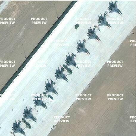 停机坪上的歼-11、苏-30等重型战机。