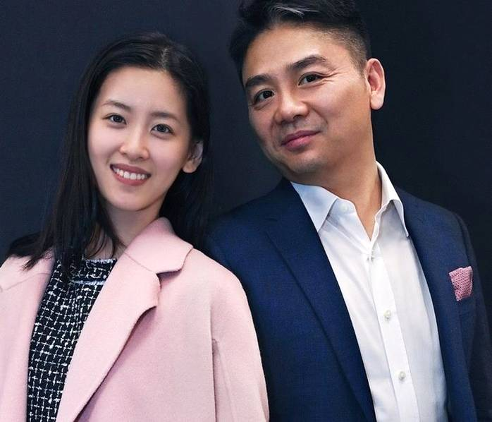 刘强东章泽天合体拍写真 恩爱的小眼神亮了!