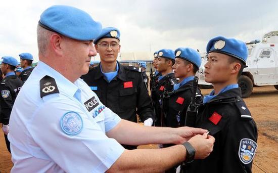 联合国授予中国第五支驻利比里亚维和警察防暴队队员和平勋章