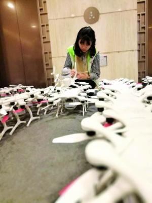 一名志愿者在认真检查组装无人机。信息时报记者 魏徽徽 摄