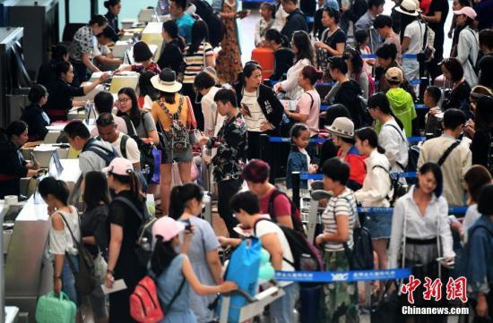 资料图:昆明长水国际机场候机厅里办理登机手续的旅客。<a target='_blank' href='http://www.chinanews.com/'>中新社</a>记者 李进红 摄