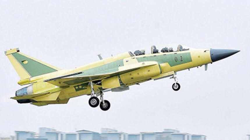双座型枭龙02架成功首飞 巴方飞行员首次参与