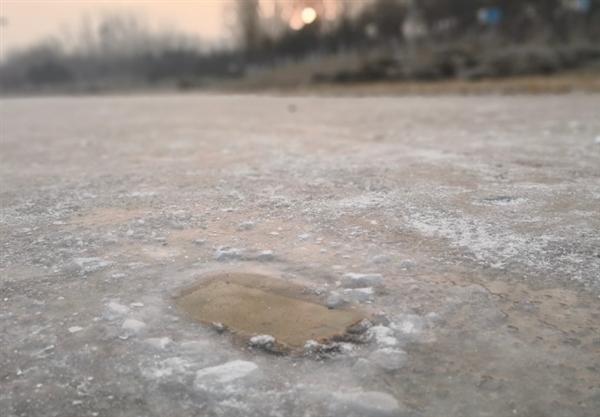 苹果看呆!华为Mate 10 Pro湖中冻成冰块