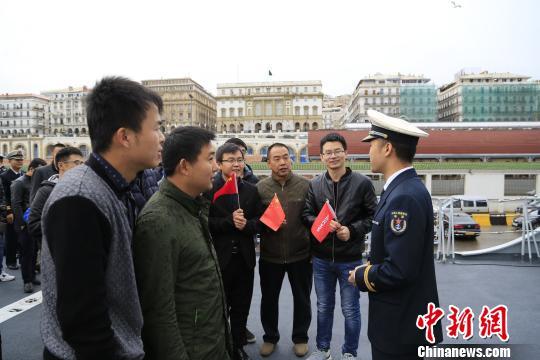 华人华侨参观舰艇。 李昌寰 摄