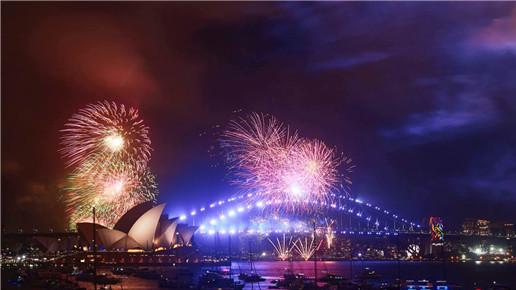 悉尼跨年烟花精彩上演 观众热盼2018快乐平安