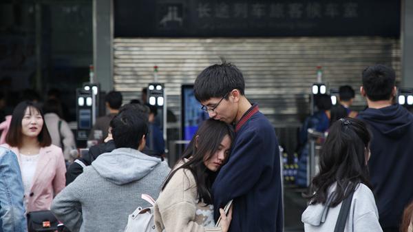 返程高峰来临!深圳火车站上演感人一幕