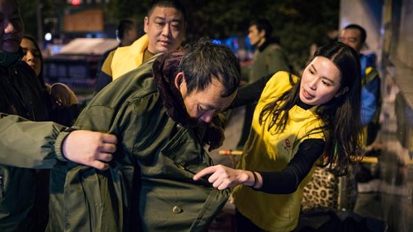 冬夜送温暖!广州义工寒风中探访流浪乞讨人员