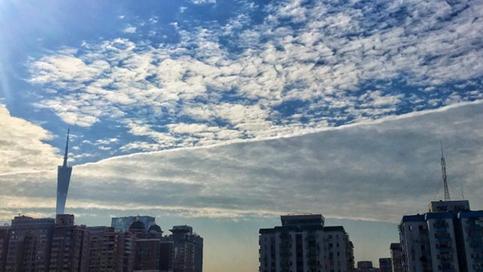 """广州天空昨现""""半天半云""""奇景 气象台这样解释"""