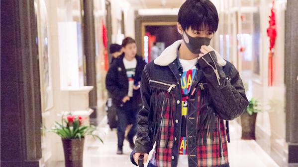 王俊凯现身机场 俊朗少年休闲印花趣味时尚