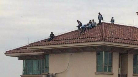 8名小学生竟在34层楼顶嬉闹玩耍!看着腿软