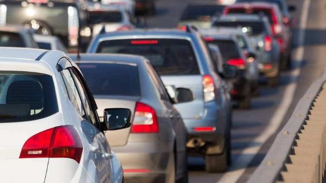 奇葩!夫妻发生口角后 男子弃车路中致交通堵塞