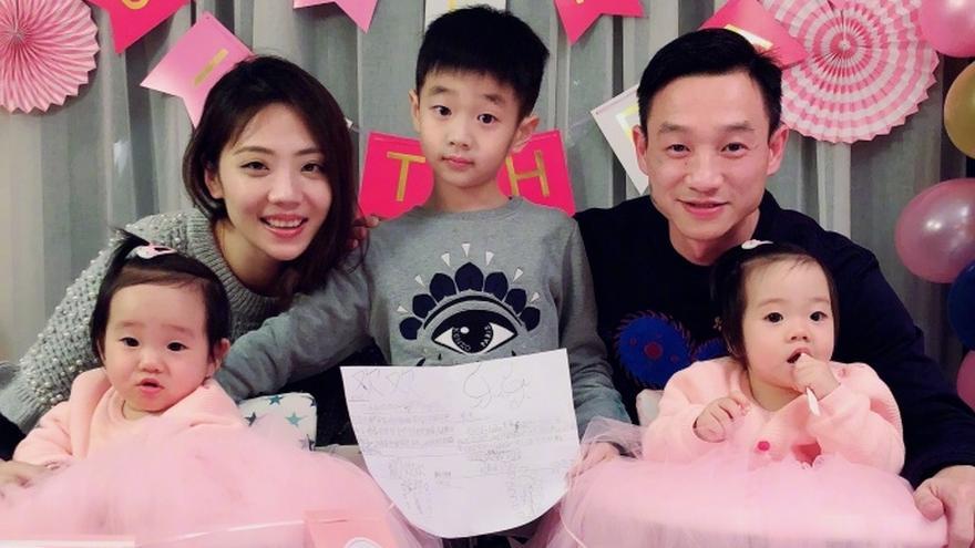 杨威双胞胎女儿满一周岁 小公主吃蛋糕表情软萌可爱
